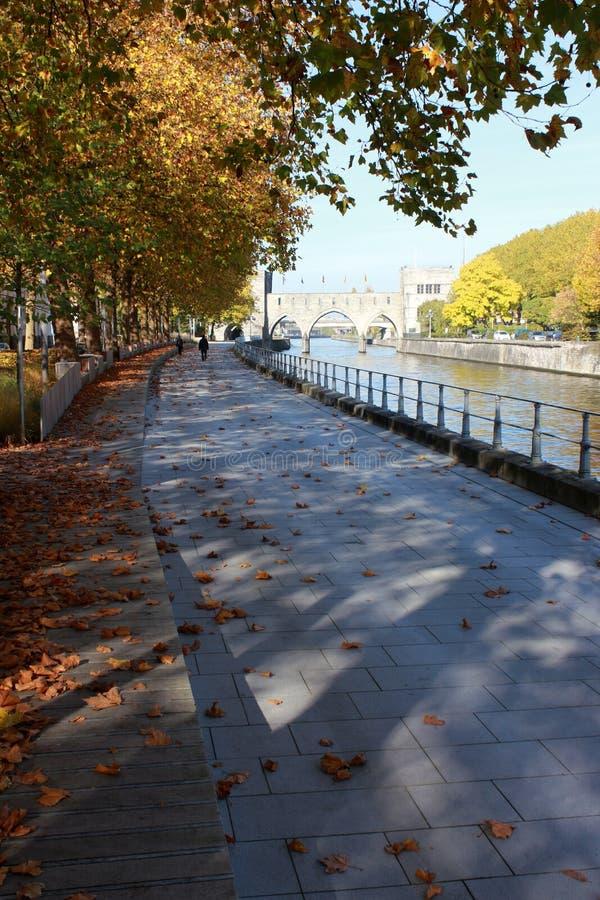 Deptak le długi Du Quai Notre-DameTournai en Belgique en automne Pont des en trous perspektywa obrazy stock