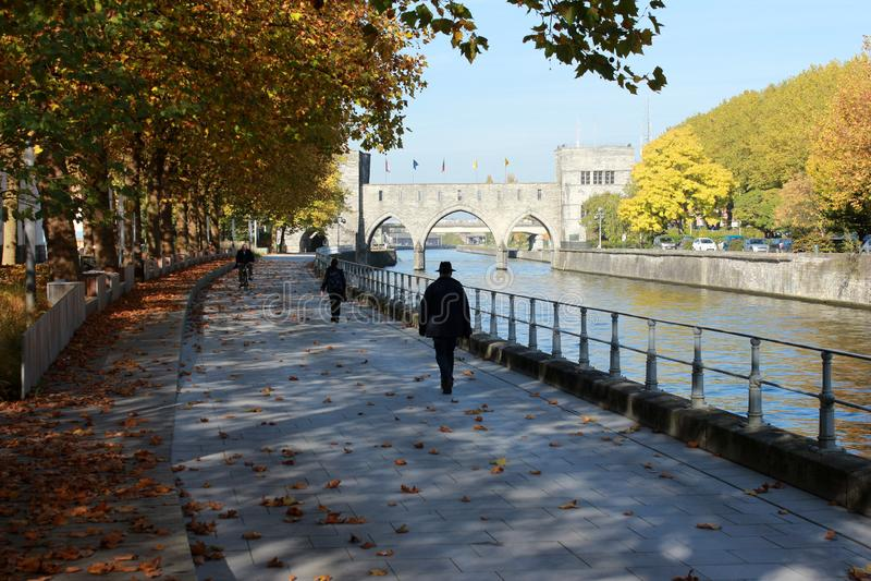 Deptak le długi Du Quai Notre-DameTournai en Belgique en automne Pont des en trous perspektywa fotografia royalty free
