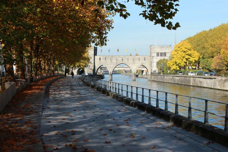 Deptak le długi Du Quai Notre-DameTournai en Belgique en automne Pont des en trous perspektywa fotografia stock