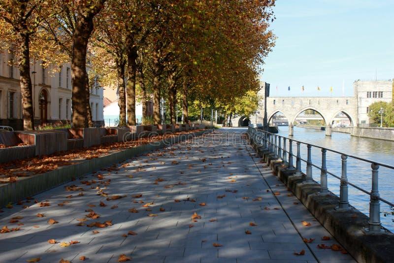 Deptak le długi Du Quai Notre-DameTournai en Belgique en automne Pont des en trous perspektywa zdjęcie royalty free