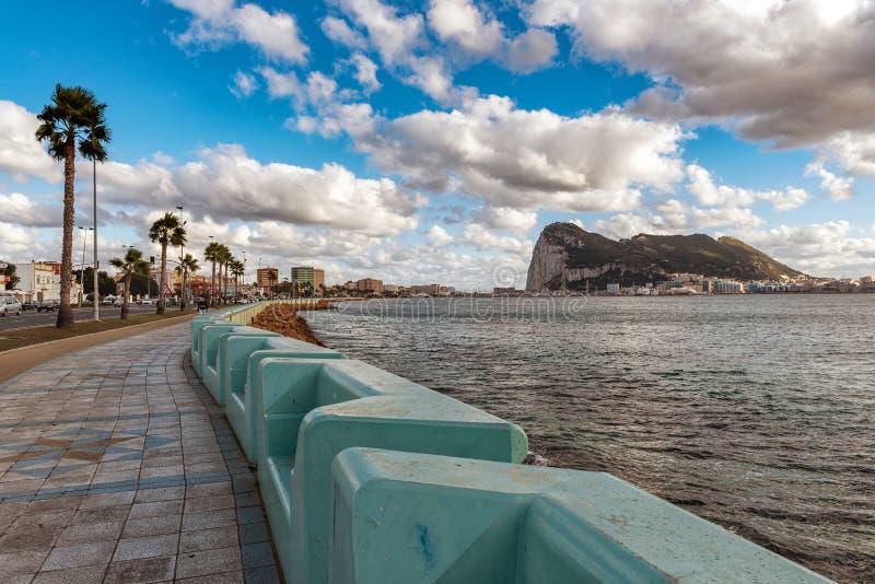 Deptak przy Hiszpańskim losu angeles Linea miasteczkiem z miasteczkiem i skałą Gibraltar na tle fotografia royalty free