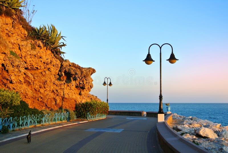 Deptak Torremolinos, droga, skały, kwitnący krzaki i morze śródziemnomorskie, zdjęcie royalty free