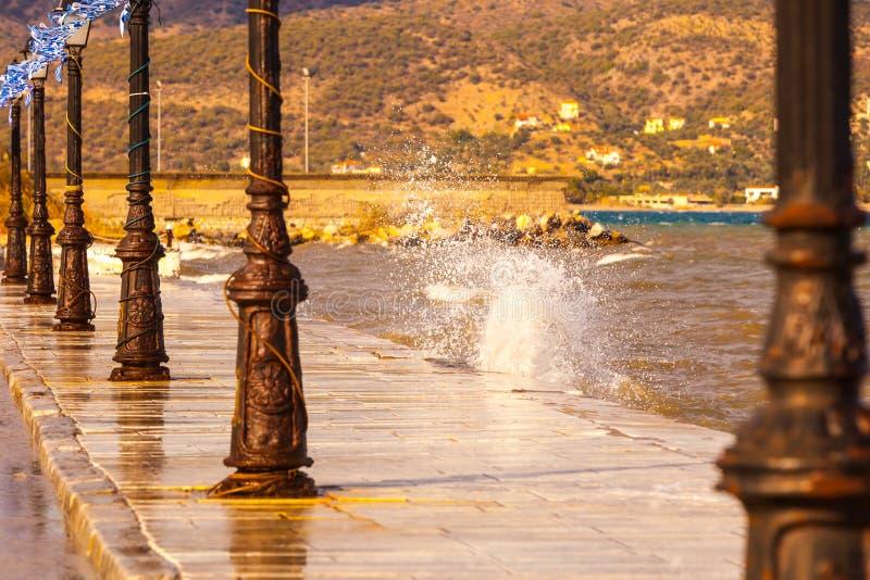 Deptaka chodzący teren na nadmorski w greckim kurorcie obrazy royalty free