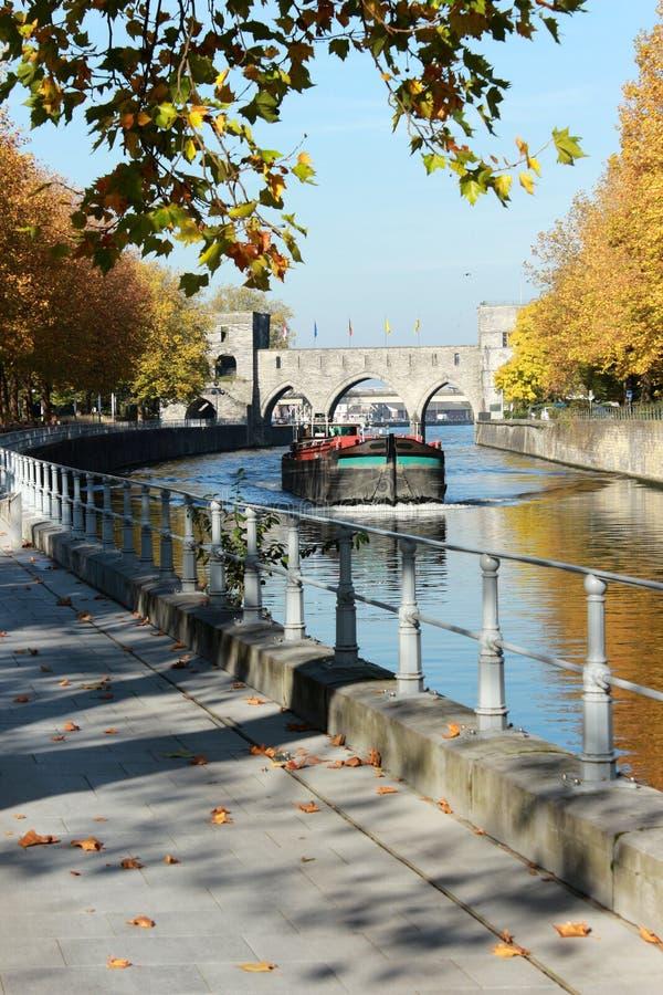 Deptaka le Du Quai Notre-Dame aÃ'à 'Tournai en Belgique en długi automne Pont des en trous perspektywa fotografia stock