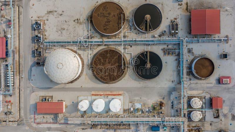 Depuradora de aguas residuales, agua que recicla en la estación del tratamiento de aguas residuales, visión aérea imagen de archivo