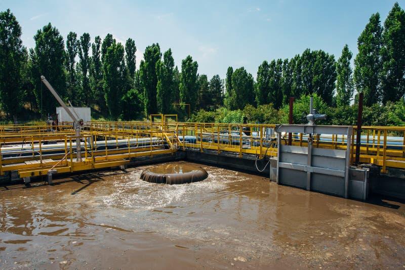 Depuradora de aguas residuales moderna Barro activo que alimenta en los tanques para la aireación y la purificación bacteriana bi imagenes de archivo