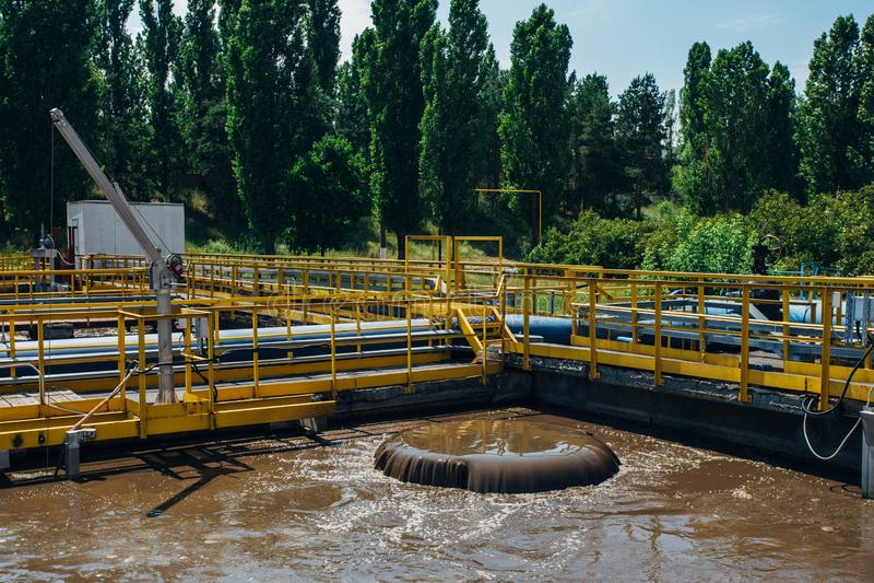 Depuradora de aguas residuales moderna Barro activo que alimenta en los tanques para la aireación y la purificación bacteriana bi imagen de archivo libre de regalías