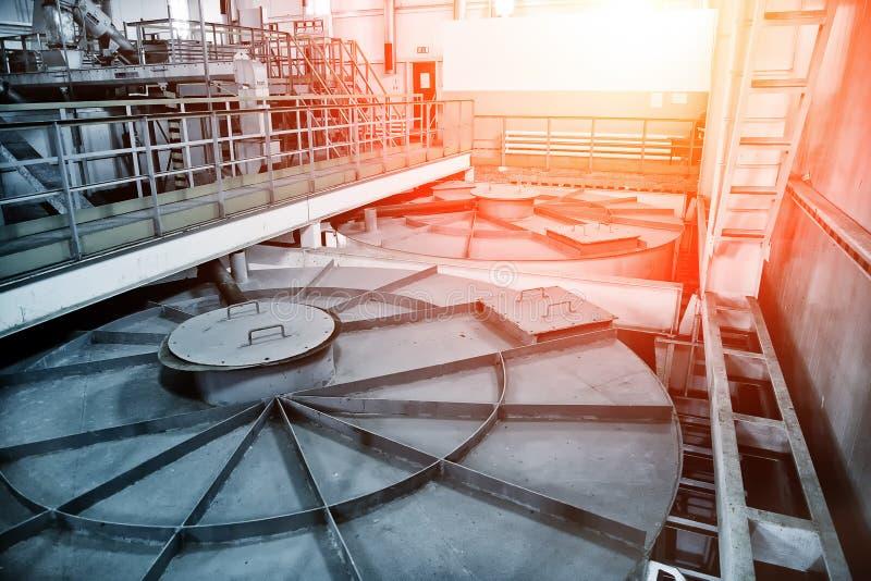 Depuradora de aguas residuales moderna interior Depósito cerrado de las aguas residuales con agua sucia foto de archivo