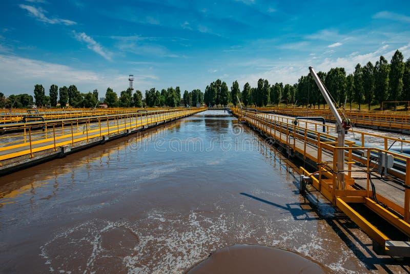 Depuradora de aguas residuales moderna Los tanques para la aireación y la purificación biológica de las aguas residuales foto de archivo