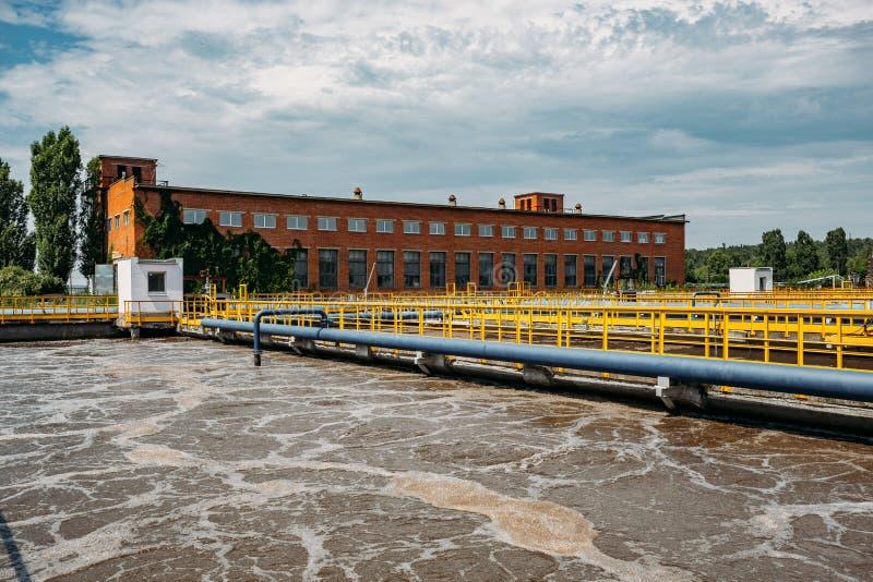 Depuradora de aguas residuales moderna Los tanques para la aireación y la purificación biológica de las aguas residuales fotos de archivo