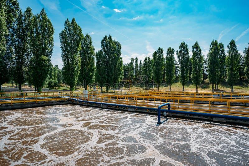 Depuradora de aguas residuales moderna Los tanques para la aireación y la purificación biológica de las aguas residuales fotografía de archivo libre de regalías