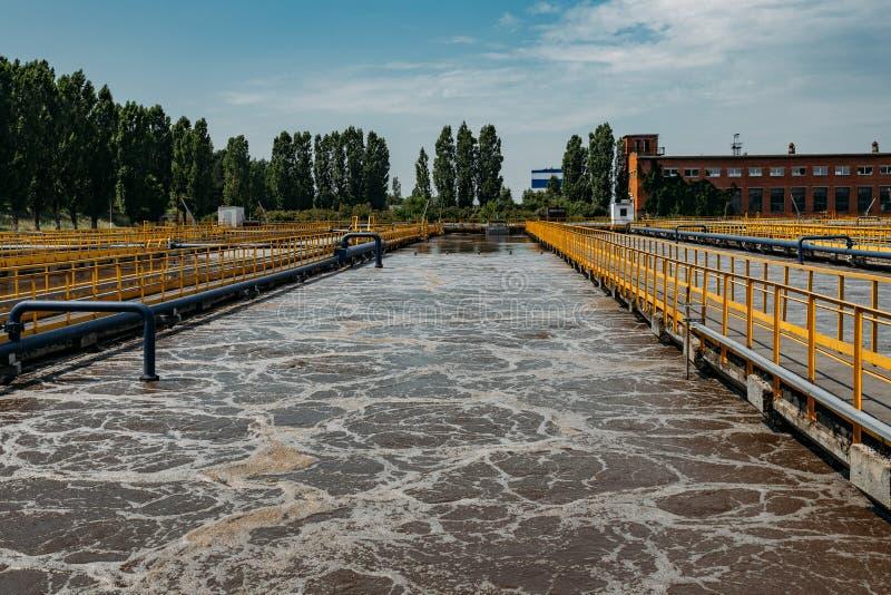 Depuradora de aguas residuales moderna Los tanques para la aireación y la purificación biológica de las aguas residuales imágenes de archivo libres de regalías
