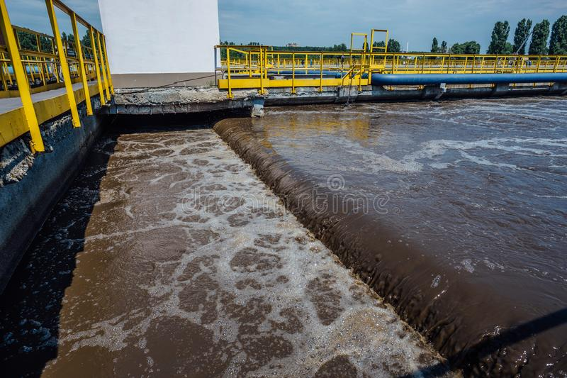 Depuradora de aguas residuales moderna Los tanques para la aireación y la purificación biológica de las aguas residuales imagen de archivo