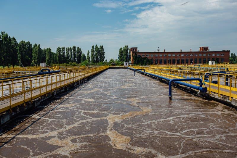Depuradora de aguas residuales moderna Los tanques para la aireación y la purificación biológica de las aguas residuales fotos de archivo libres de regalías