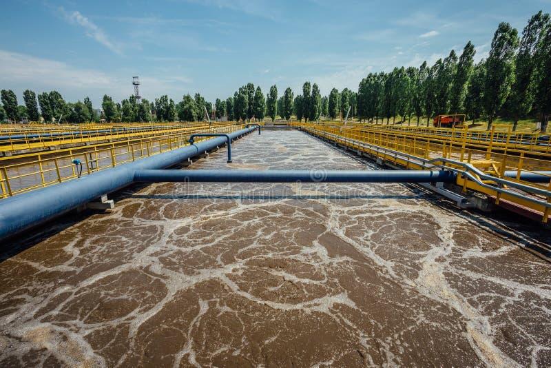 Depuradora de aguas residuales moderna Los tanques para la aireación y la purificación biológica de las aguas residuales foto de archivo libre de regalías