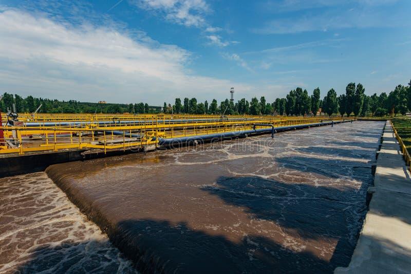 Depuradora de aguas residuales moderna Los tanques para la aireación y la purificación biológica de las aguas residuales usando e fotografía de archivo libre de regalías