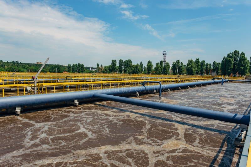 Depuradora de aguas residuales moderna Los tanques para la aireación y la purificación biológica de las aguas residuales usando e imagen de archivo libre de regalías