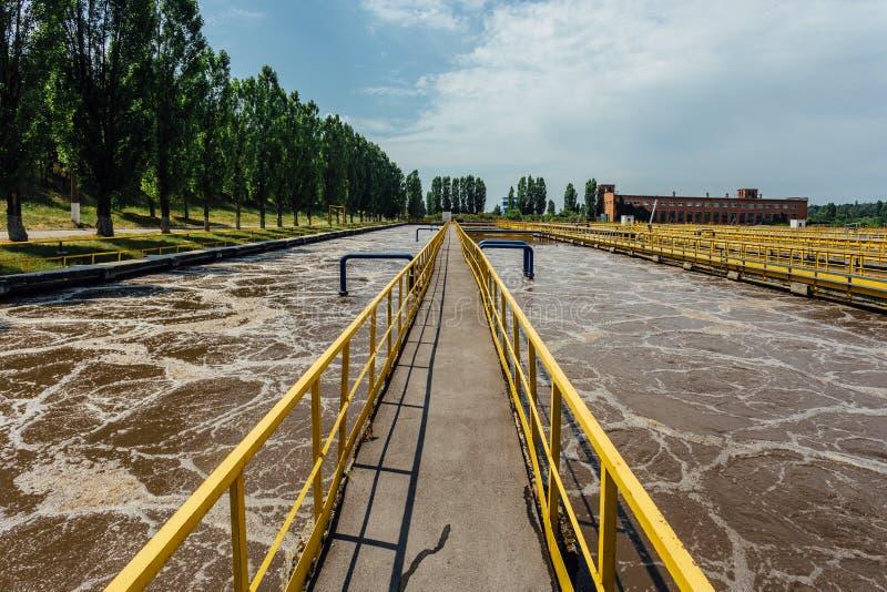 Depuradora de aguas residuales moderna Los tanques para la aireación y la purificación biológica de las aguas residuales imagen de archivo libre de regalías