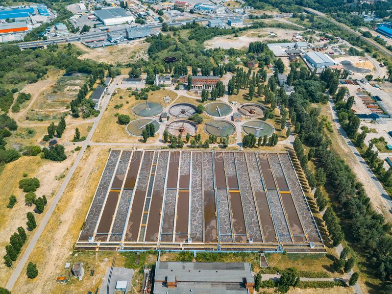 Depuradora de aguas residuales moderna Los tanques para la aireación y la purificación biológica de las aguas residuales, visión  fotos de archivo libres de regalías