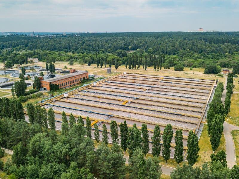 Depuradora de aguas residuales moderna Los tanques para la aireación y la purificación biológica de las aguas residuales, visión  fotos de archivo