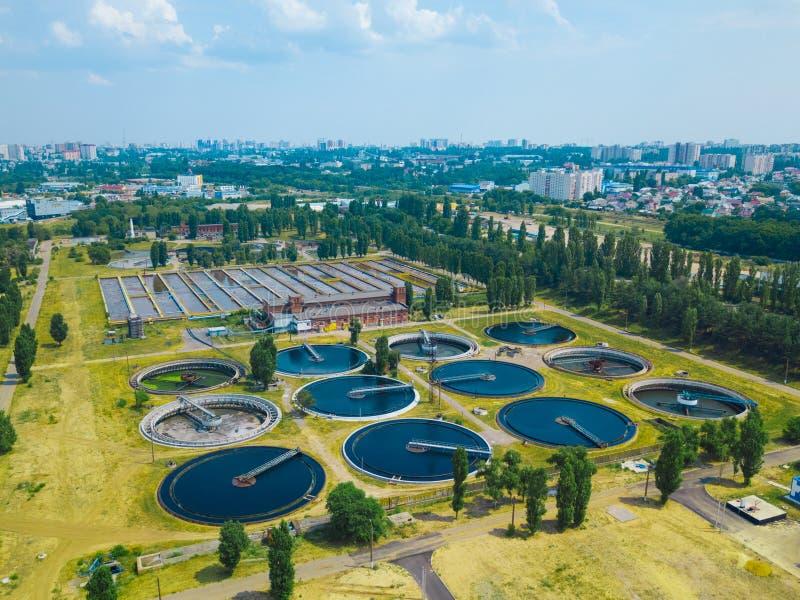 Depuradora de aguas residuales moderna, visión aérea desde el abejón fotos de archivo