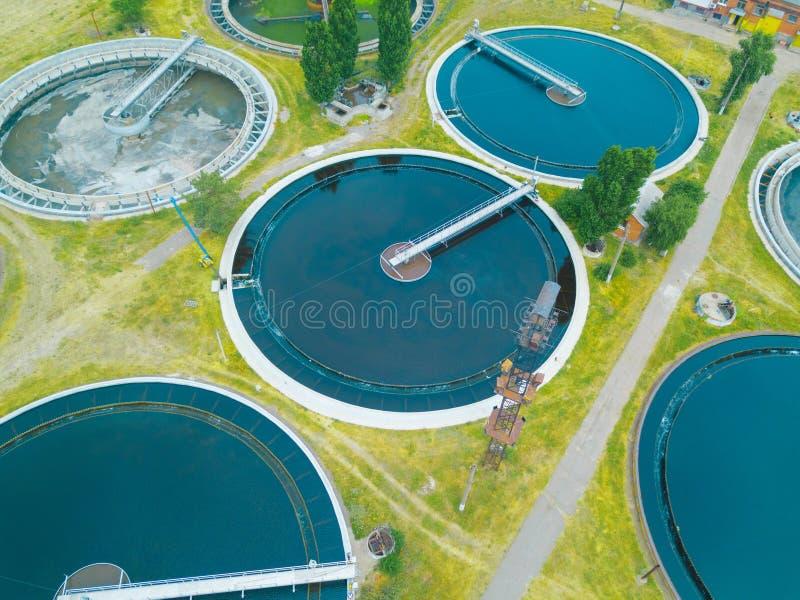 Depuradora de aguas residuales moderna, visión aérea desde el abejón imagen de archivo
