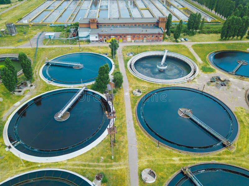Depuradora de aguas residuales moderna, visión aérea desde el abejón fotos de archivo libres de regalías