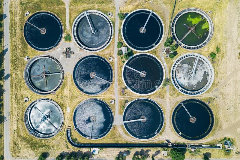 Depuradora de aguas residuales moderna, visión superior desde el abejón, forma redonda de los tanques de sedimentación foto de archivo libre de regalías