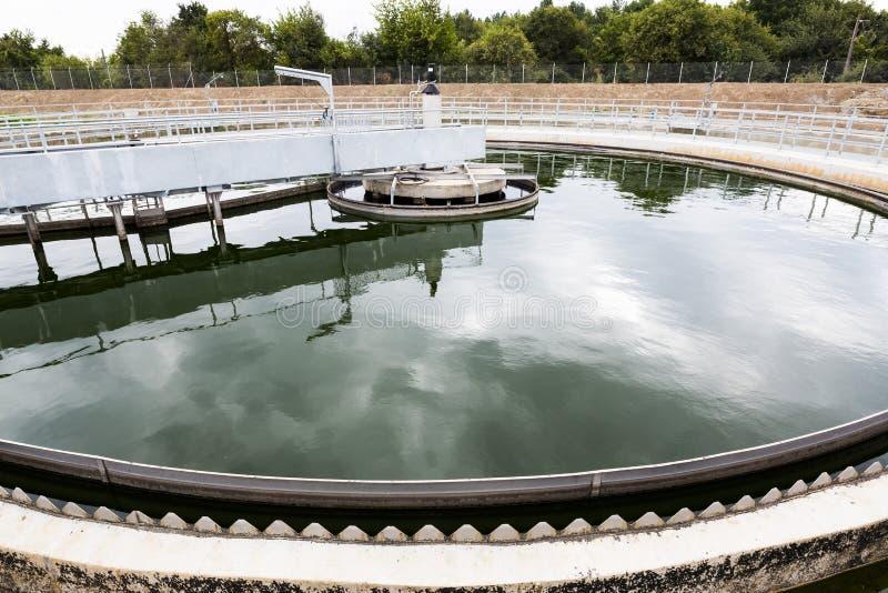 Depuradora de aguas residuales urbana moderna foto de archivo libre de regalías