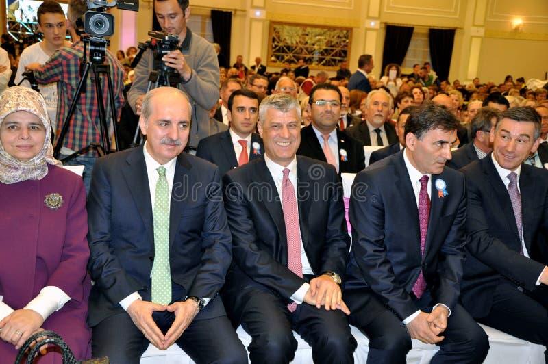 Deputado Prime Minister de Turquia Numan Kurtulmus e presidente recentemente eleito de Kosovo Hashim Thaqi em Prizren foto de stock