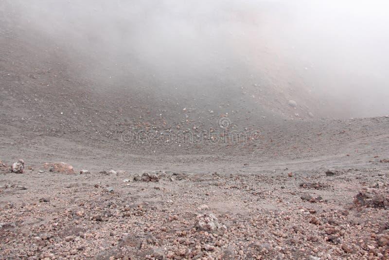 Der Ätna-Vulkan Schwarze vulkanische Erde und starker Nebel auf Berg und stockfotos
