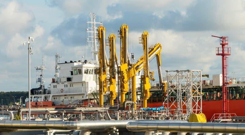 Der Öltanker wird am Erdölerzeugnisanschluß im Hafen festgemacht stockfotos
