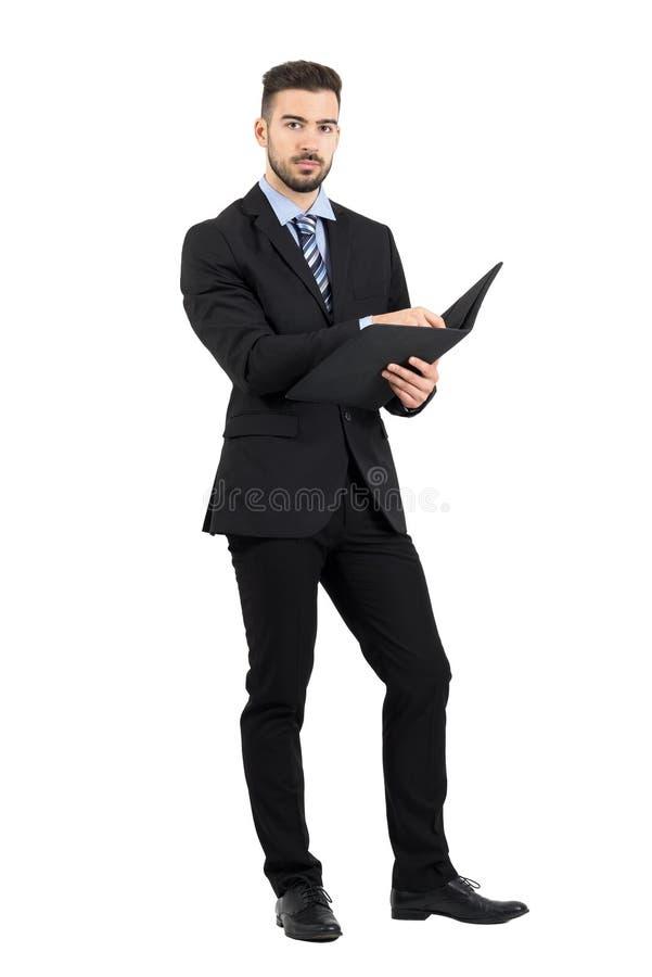 Der überzeugte junge Manager, der Geschäft hält, archiviert mit Schreibarbeit stockbild