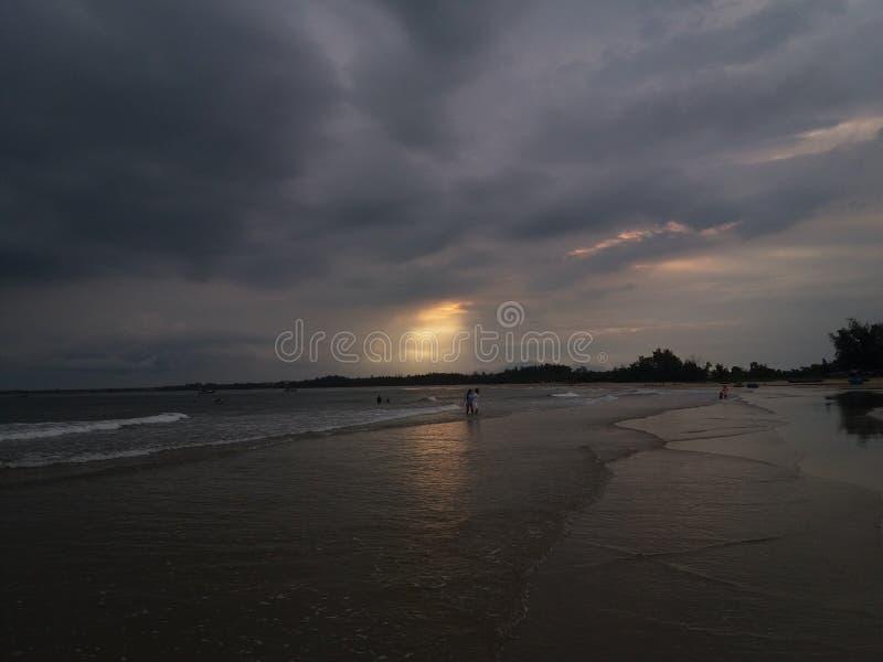 Der Abend im Strand lizenzfreie stockfotografie