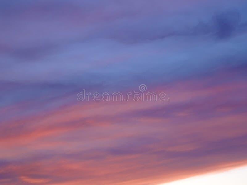 Der abendliche Himmel ist blau und rosa lizenzfreie stockfotos