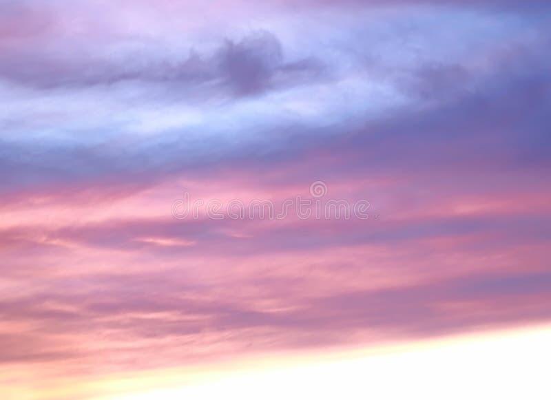 Der abendliche Himmel ist blau und rosa stockfotos
