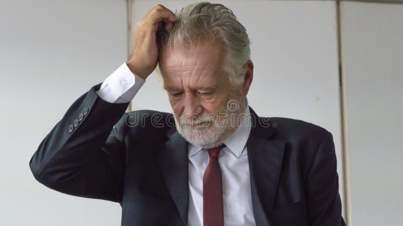 Der Abschluss herauf Gesicht, älterer Geschäftsmann in intelligente Klage glaubendem depresse stockfotos