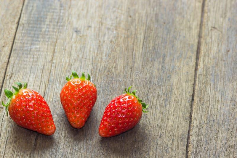 Der Abschluss oben der Gruppe der frischen roten Erdbeere stockbild