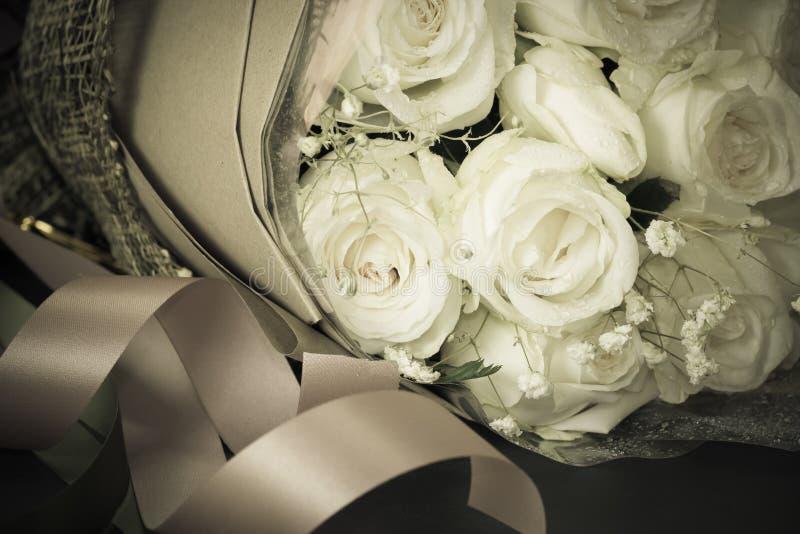 Der Abschluss oben des Blumenstraußes der frischen Rosen, selektiver Fokus, Weinlese tonin stockfotos