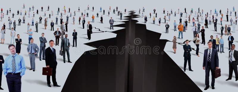 Der Abstand zwischen zwei großen Gruppen von Personen stockbild