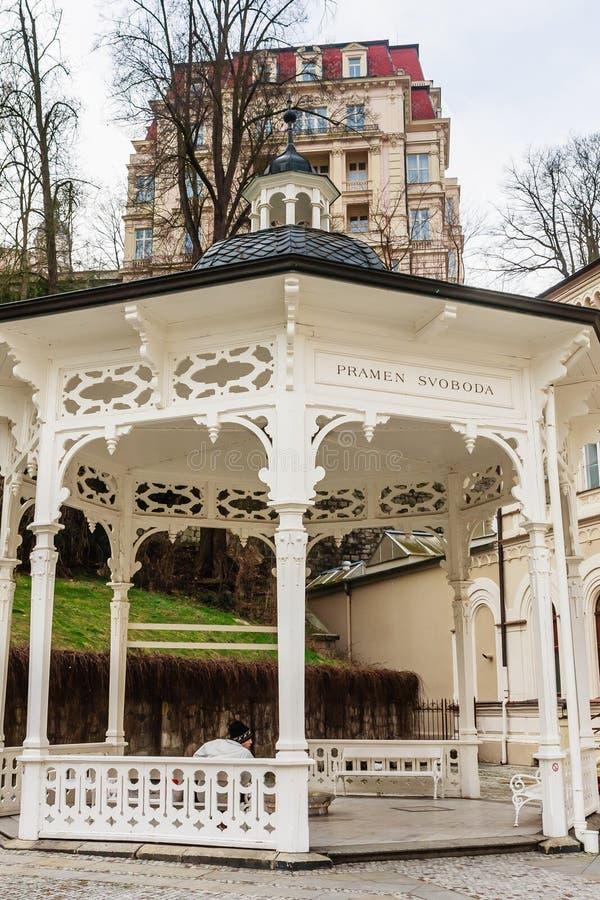 Der achteckige weiße Pavillon mit einer kleinen Haube ist das Platz wher lizenzfreies stockfoto