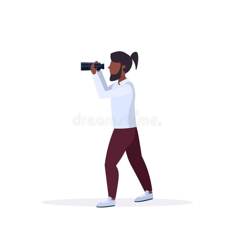 Der Afroamerikanermann, der durch männliche Zeichentrickfilm-Figur-Stellung der Abstandsferngläser schaut, werfen Weiß in voller  stock abbildung