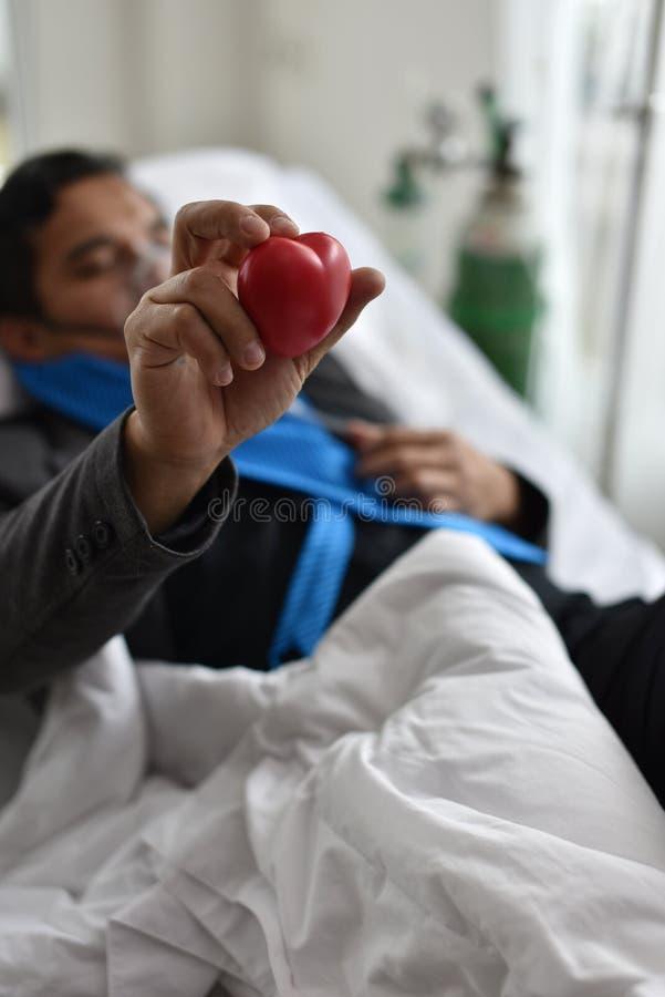 Der Alkoholiker schläft sogar im Bett am Krankenhaus lizenzfreie stockfotos
