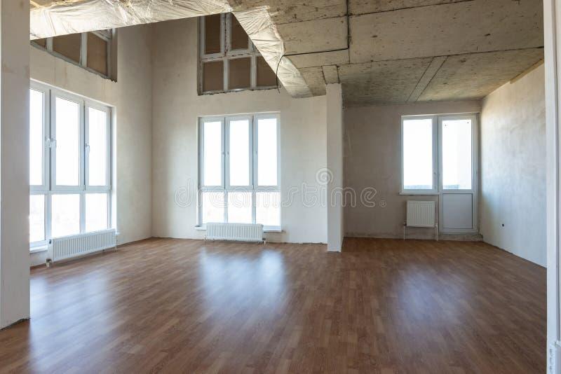 Der allgemeine Plan eines großen Zimmers mit zwei Etagen in der Wohnung stockfotografie