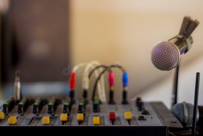 Der alte Audiomischer und das Mikrofon stockfotos