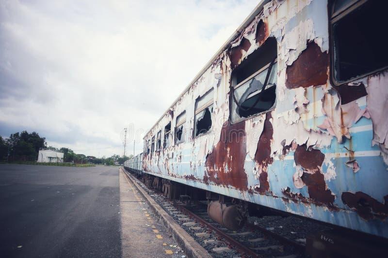 Der alte Bahnhof hat Züge gebrochen Oben geparkt und draußen verrostet stockbilder
