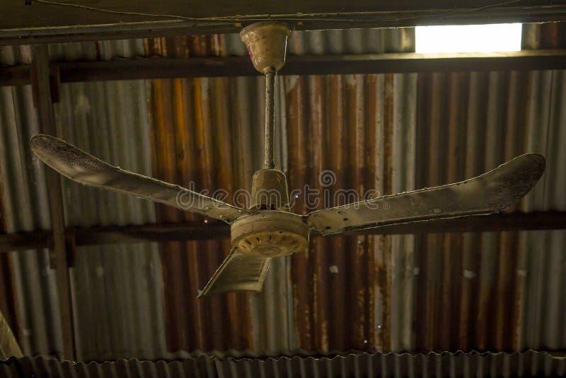 Der alte Deckenlüfter hing am Strahl stockfotos