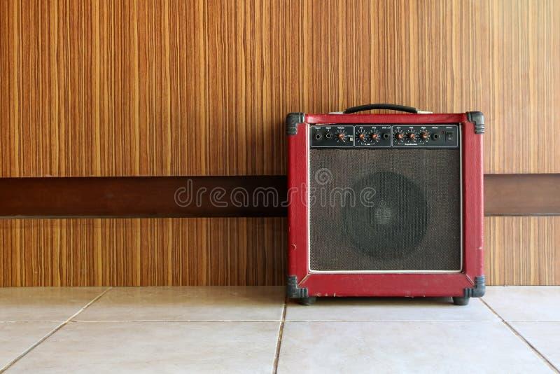 Der alte Gitarrenverstärker stockfotografie
