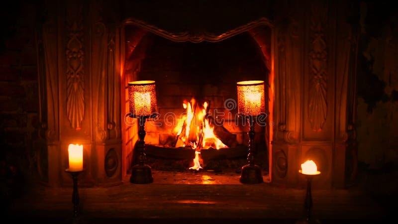 Der alte gotische Kamin ist ein Feuer Brennende Kerzen Friedensbedingung und Entspannung stock footage