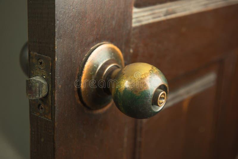 Der alte Griff, zum der Tür zu öffnen stockbild